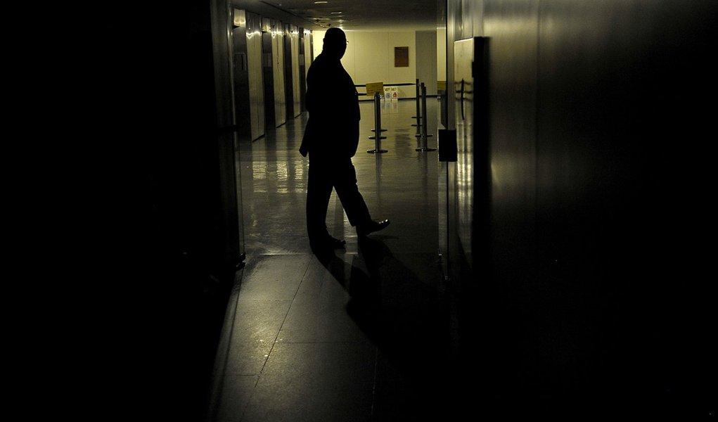 Brasileiros ficaram em média quase 19 horas sem luz em 2011