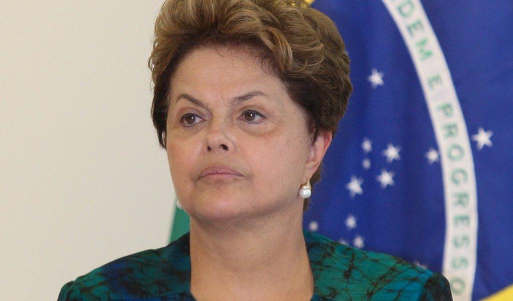 Em discurso na tevê, Dilma cobra juros mais baixos dos bancos