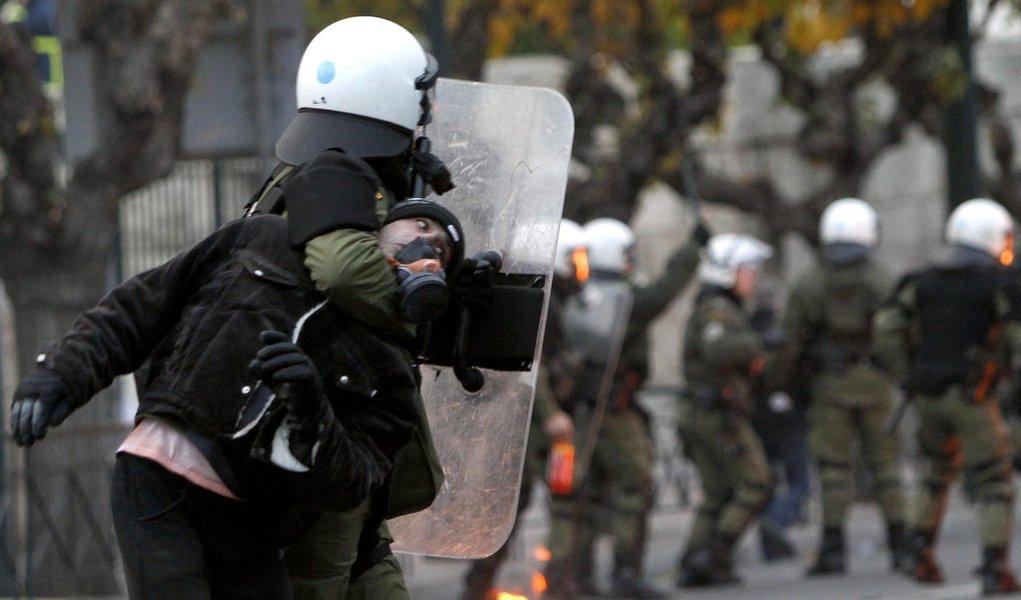 Grécia: polícia e manifestantes entram em choque