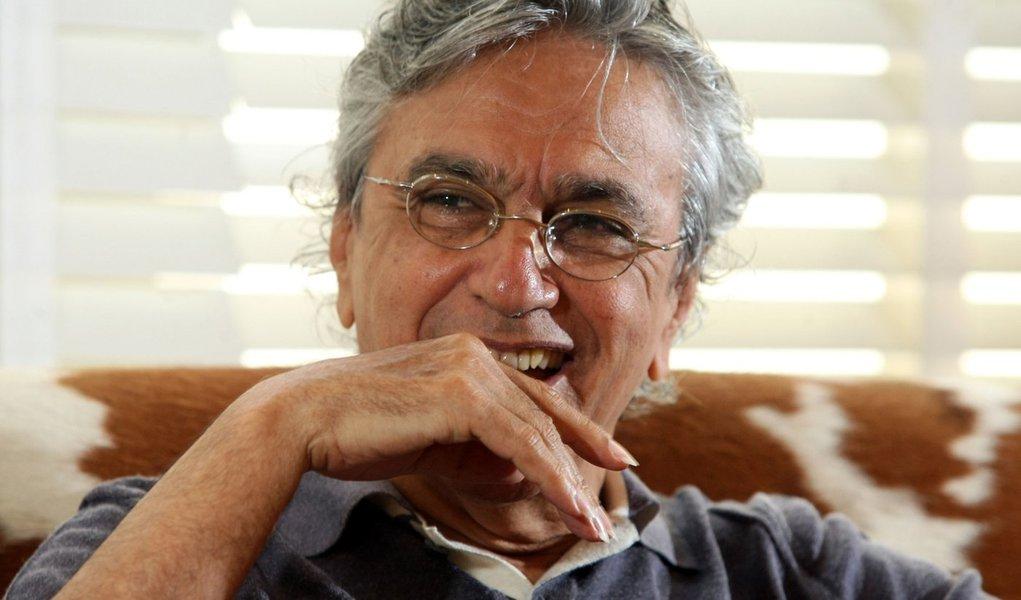 No sambódromo, Caetano se rende a Dilma