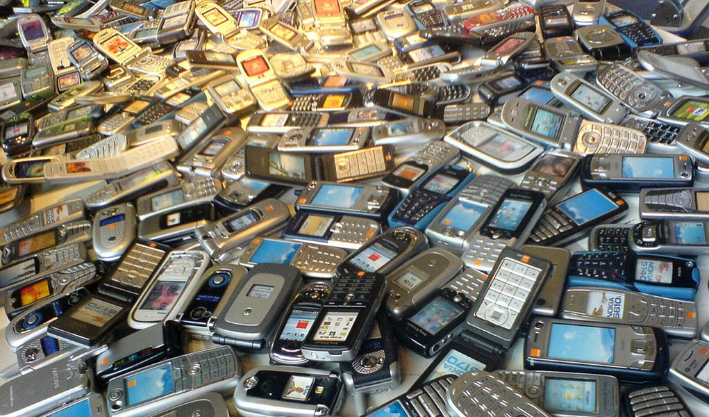 Governo estuda pacote de celular e internet para pobres
