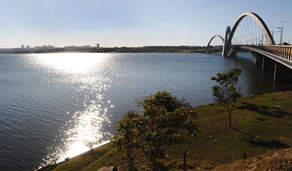 Lancha pega fogo e afunda no Lago Paranoá, em Brasília