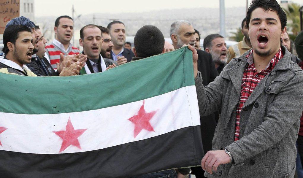 Síria ataca Homs e Ocidente planeja ultimato a Assad