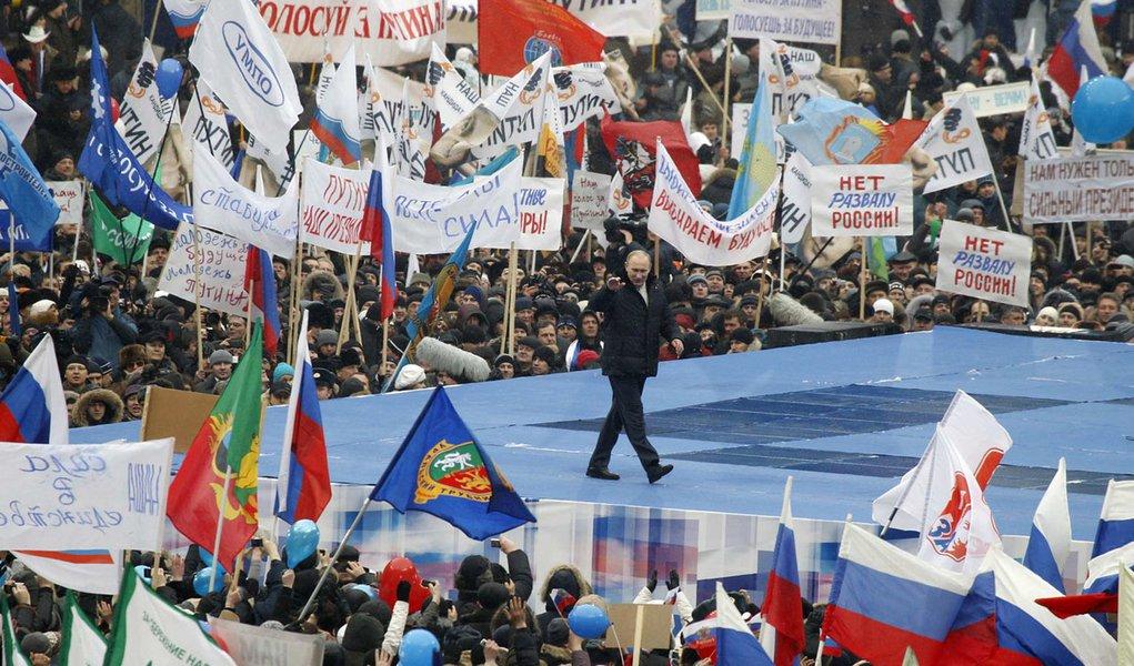 Na Rússia, milhares se reúnem em ato de apoio a Putin