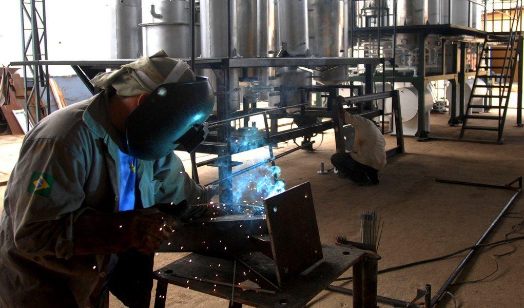 Confiança da indústria tem ligeiro crescimento em abril