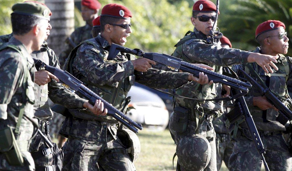 PMs cercados por Exército apelam para arcebispo