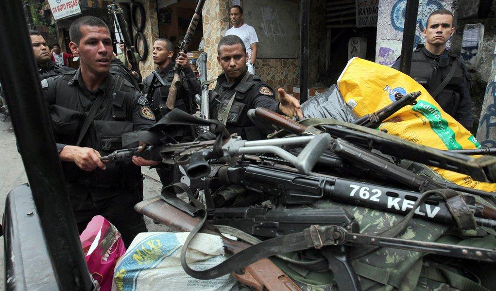 Bope já apreendeu 29 fuzis hoje na Rocinha