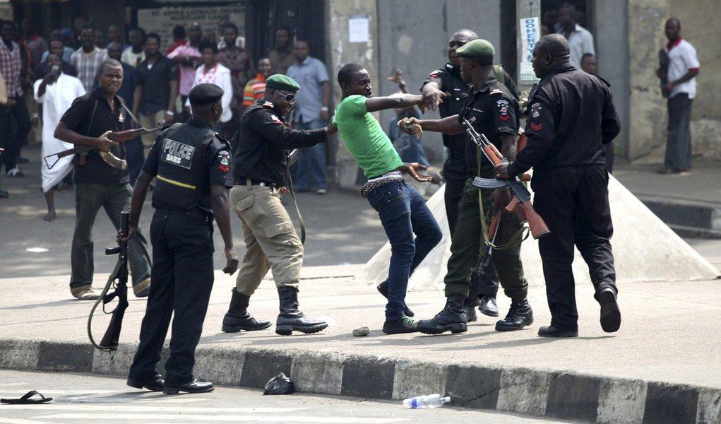 Violência cresce e centenas deixam casas na Nigéria