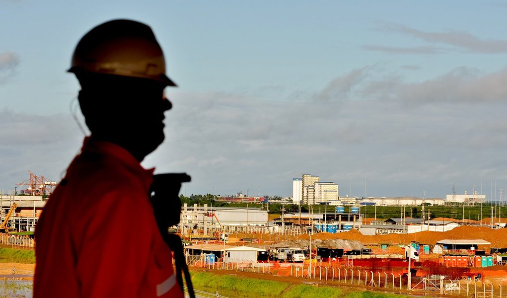 Refinaria e trabalhadores seguem sem acordo