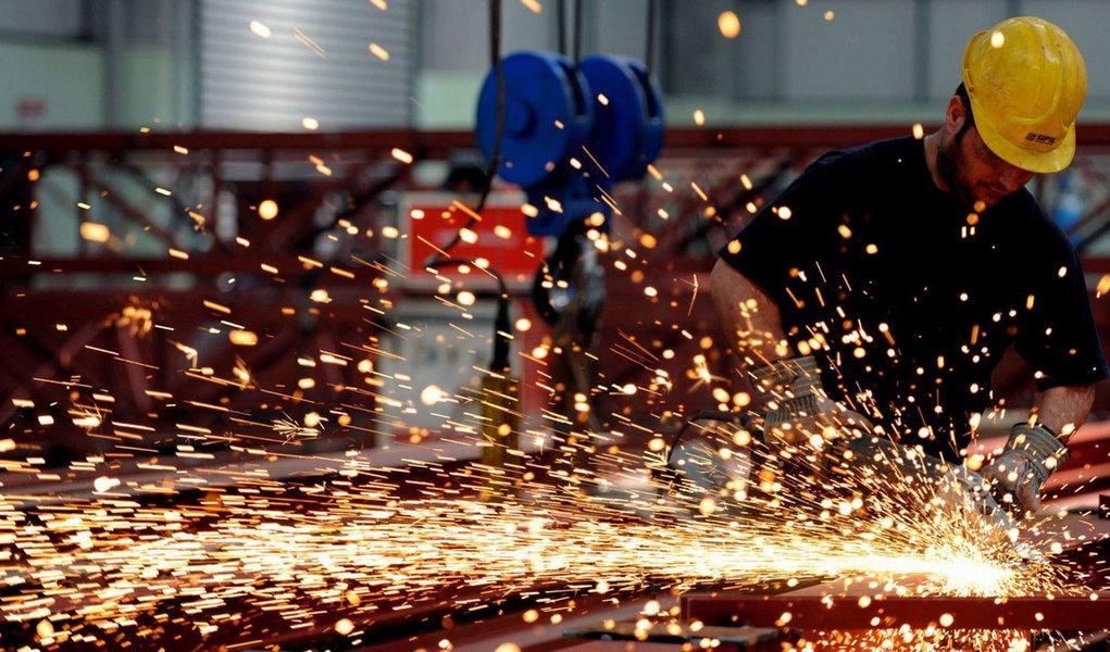 Emprego industrial cai 0,4% em março