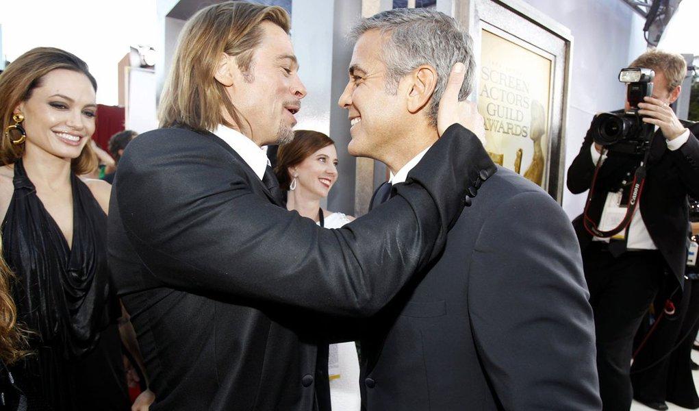Clooney e Brad Pitt divulgam peça em prol do casamento gay