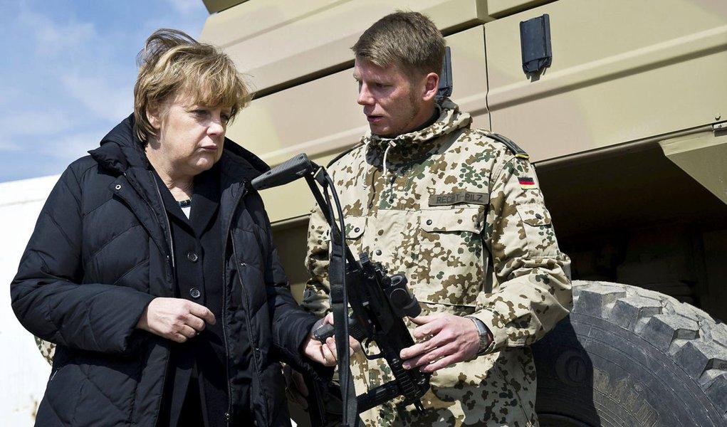 Angela Merkel não confirma retirada de tropas do Afeganistão