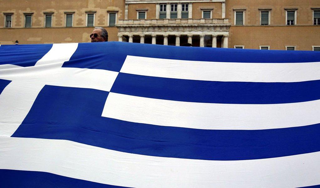 Parlamento grego aprova cortes em meio a protestos