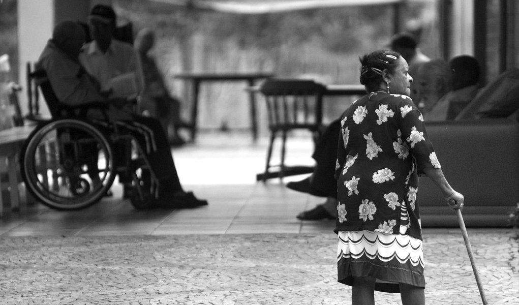 Brasil tem 100 mil idosos em abrigos públicos