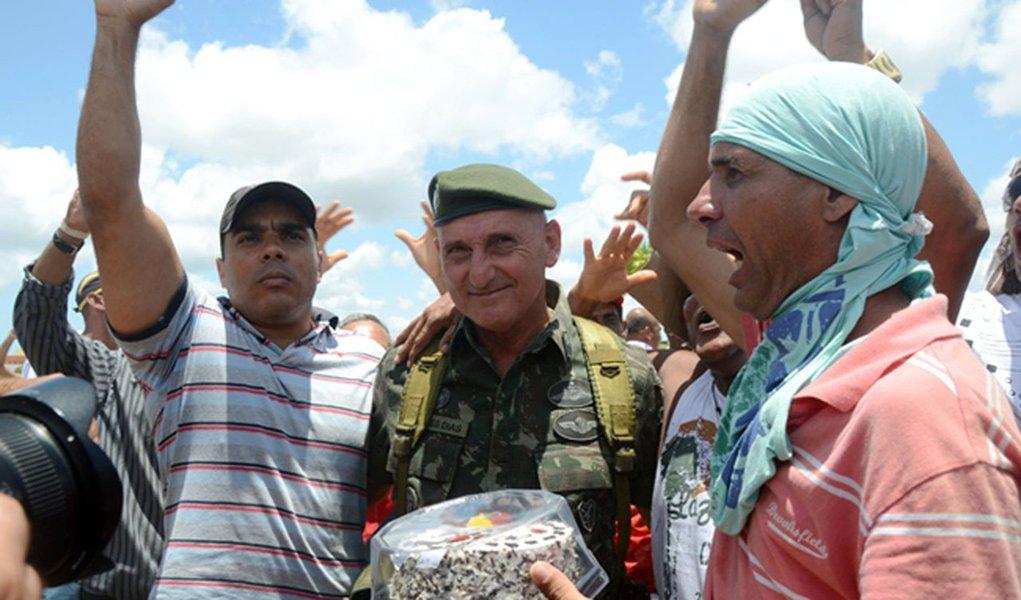 General das forças de segurança na Bahia recebe bolo de grevistas