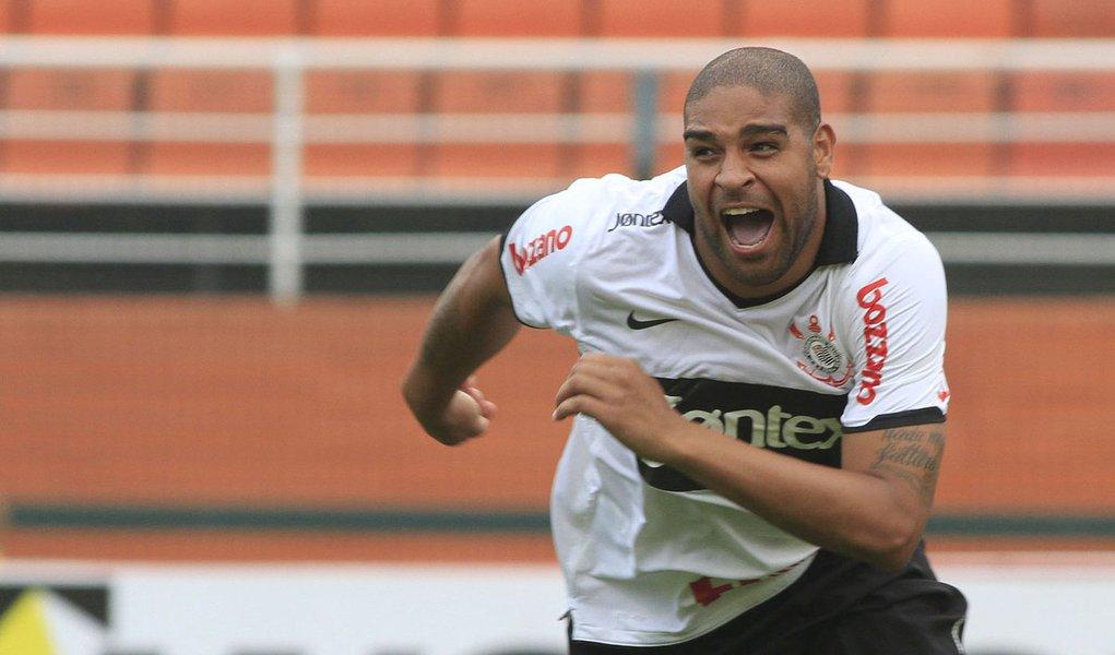 Adriano garante vitória do Corinthians
