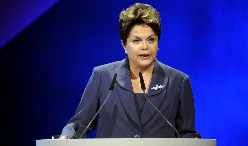 Dilma agora apoia ministro que ela propria demitiu