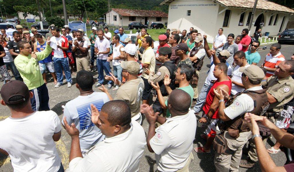 PMs grevistas começam a ceder na Bahia