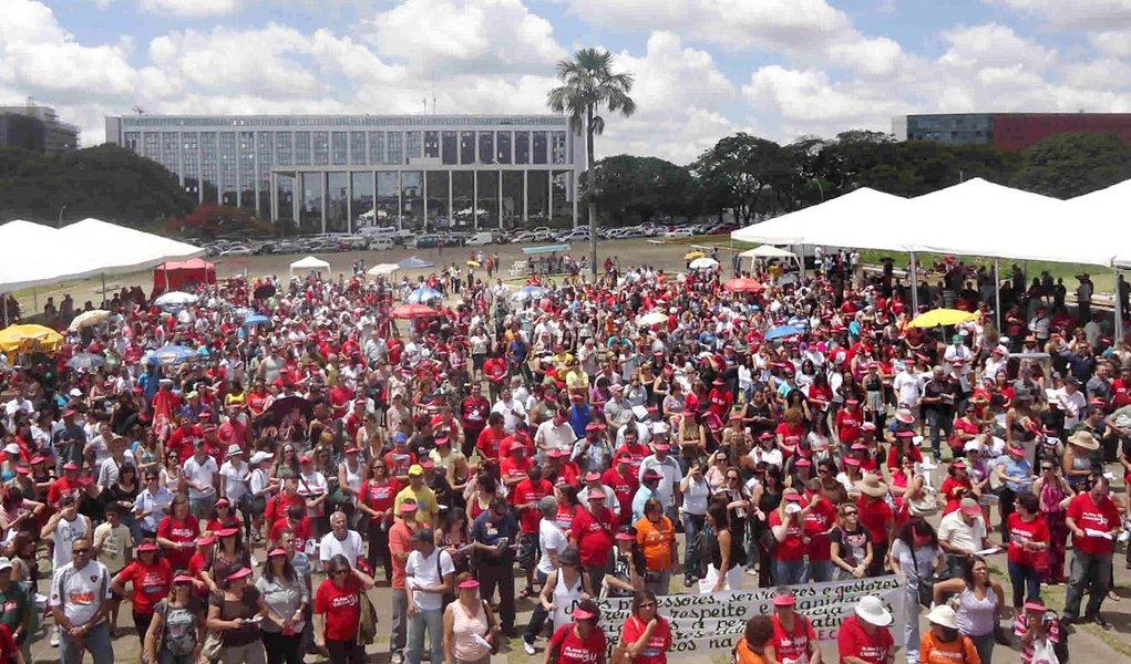 Professores de Brasília decidem cruzar os braços
