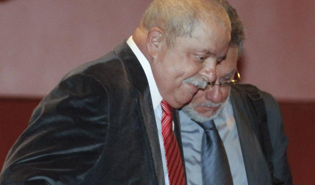 Lula aparece de bengala e reclama da voz