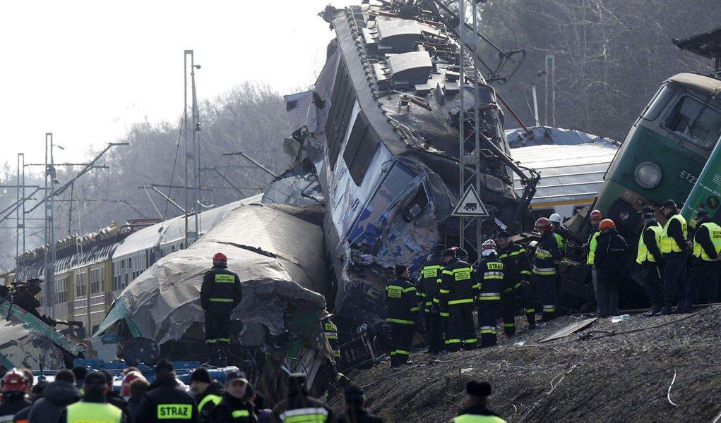 Colisão frontal de trens na Polônia mata 15