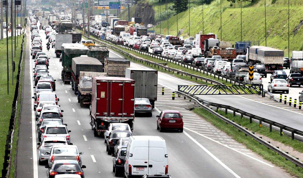 Rodovias paulistas registram congestionamento ao longo do dia