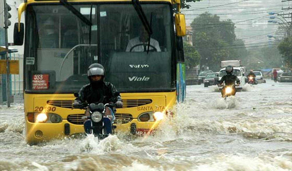 Chuva deixa cidades alagadas no Espírito Santo