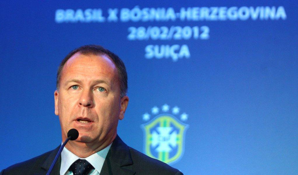 Mano chama Ronaldinho e Ganso para jogo com Bósnia