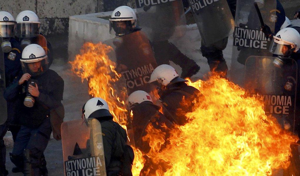 Policiais e manifestantes entram em choque na Grécia