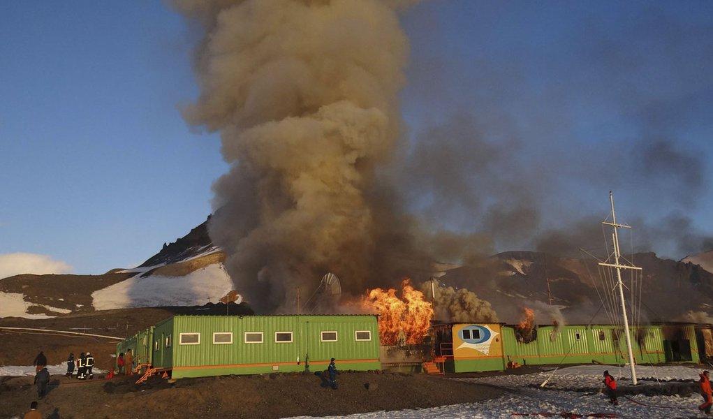 Estação Comandante Ferraz está 70% destruída