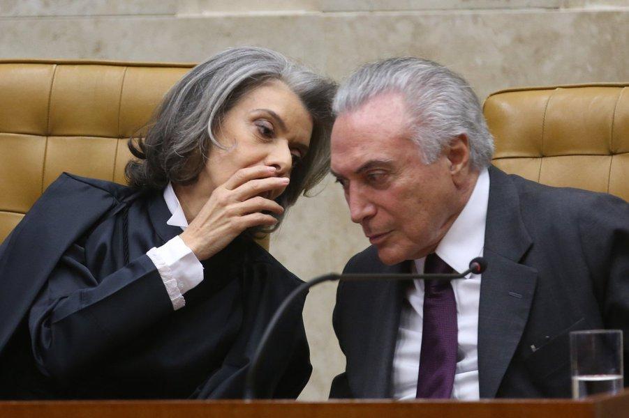 Brasília - A nova presidente do Supremo Tribunal Federal (STF), ministra Cármen Lúcia, e o presidente Michel Temer durante a cerimônia de posse (Wilson Dias/Agência Brasil)