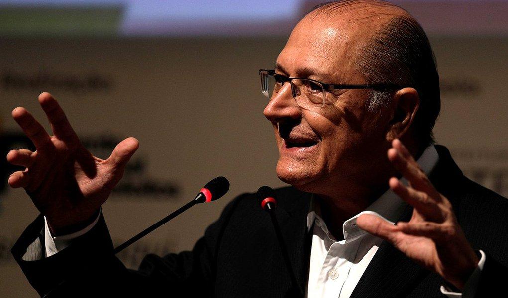 Pré-candidato do PSDB à Presidência, Geraldo Alckmin, discursa para prefeitos em Niterói 08/05/2018 REUTERS/Ricardo Moraes