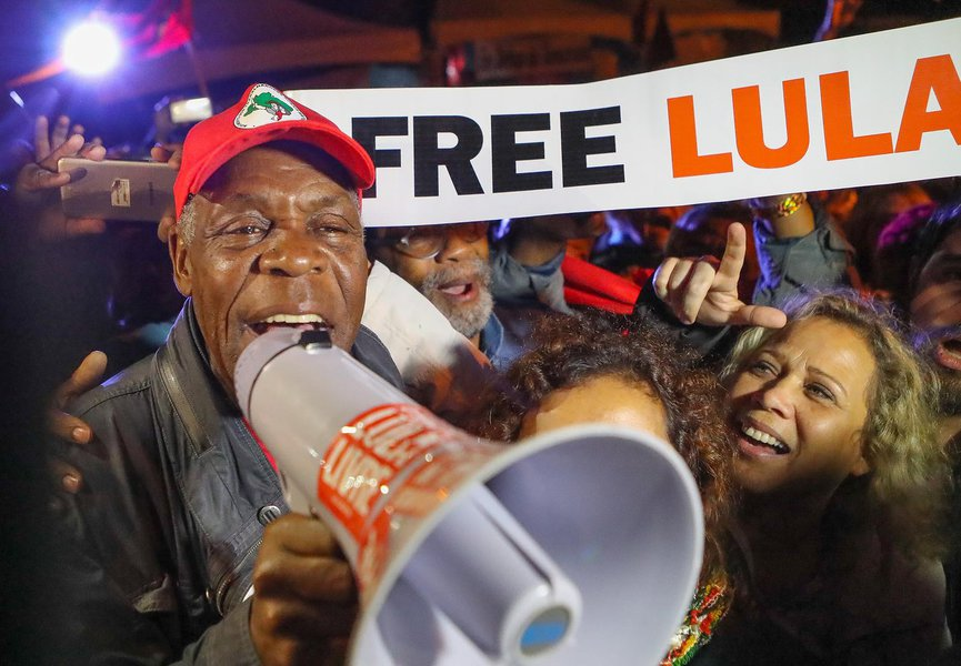 Ator americano Danny Glover visita Vigília Lula Livre em Curitiba. FOTOS: Ricardo Stuckert