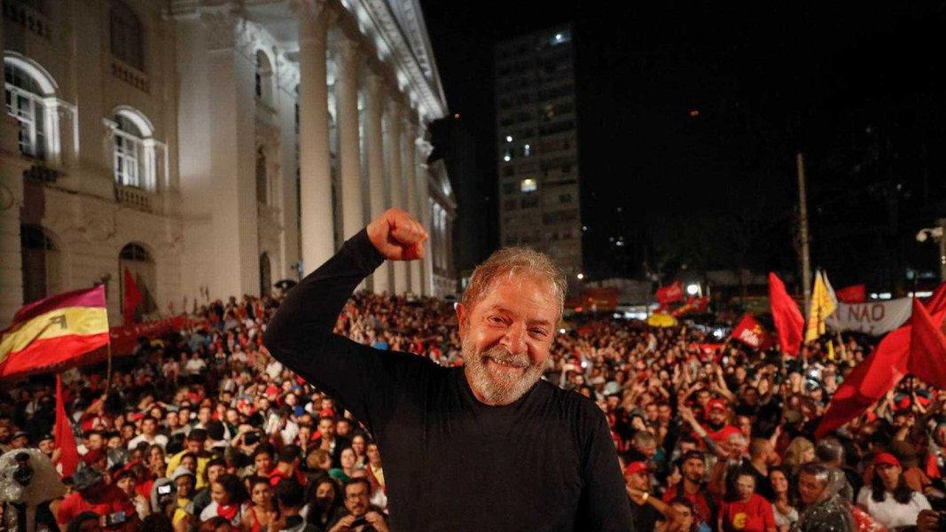 """O embaixador Samuel Pinheiro Guimarães defende a liberdade imediata do ex-presidente Lula; """"Somente Lula, com sua autêntica vivência e luta partidária, conhecimento do Brasil e de seus desafios, capacidade de diálogo e articulação, pode nos salvar deste abismo em que nos jogaram"""", diz, defendendo o nome do ex-chanceler Celso Amorim como vice; """"Celso Amorim, com sua experiência de estadista e de negociador, sua honestidade e inteligência, sua capacidade de trabalho, sua lealdade, terá a melhor contribuição a dar à sua luta, que é a do povo brasileiro!"""""""