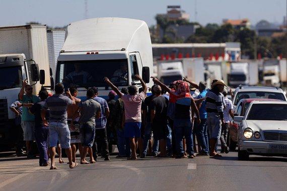 Caminhoneiros bloqueiam BR-040 em Luziania, perto de Brasília 23/05/2018 REUTERS/Adriano Machado