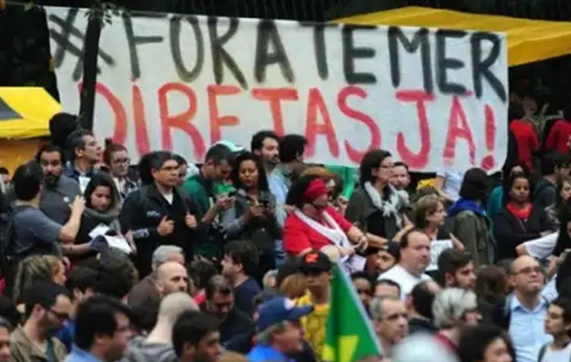 """""""Nem as elites que puseram o miserável no poder o aguentam mais; a disputa agora é sobre como será a saída do governo Temer. As elites tramam novos golpes como o parlamentarismo e uma eleição sem Lula"""", afirma o jornalista e colunista do 247 Mauro Lopes; """"a saída democrática com eleições livres e antecipadas depende dos debaixo"""", diz ele"""