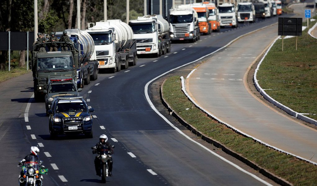 Veículos do Exército escoltam caminhões-tanque em Brasília 28/05/2018 REUTERS/Ueslei Marcelino