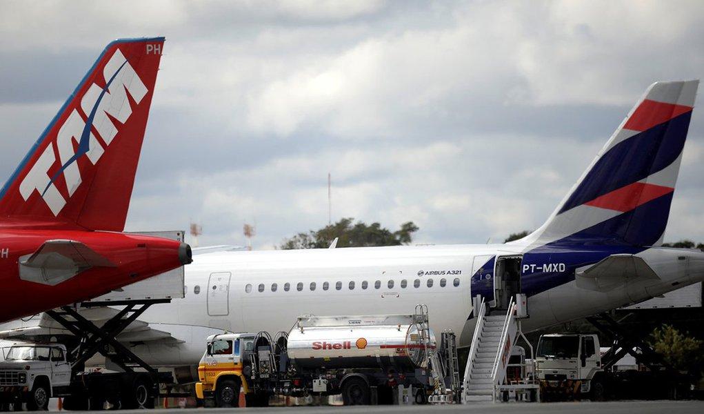 Avião é abastecido no aeroporto internacional de Brasília 25/05/2018 REUTERS/Ueslei Marcelino
