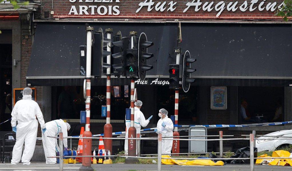 """O homem que matou três pessoas em um tiroteio na cidade de Liège, na Bélgica, gritou """"Alá é grande"""" antes de ser morto pelas forças de segurança; suspeito foi morto depois de fazer uma mulher de refém; vítimas do tiroteio são dois policiais e o passageiro de um carro; Promotoria Federal da Bélgica investiga o tiroteio como suposto caso de terrorismo"""