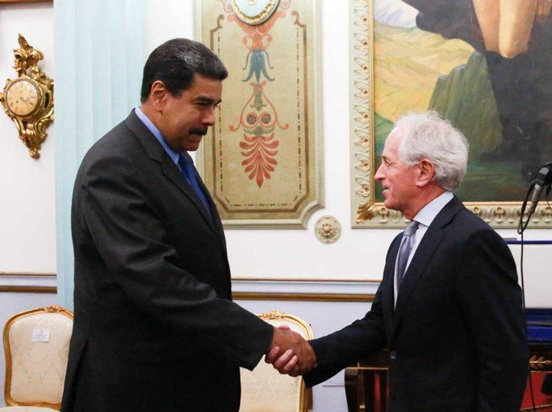 """O presidente venezuelano, Nicolás Maduro, manteve nesta sexta-feira (25), uma intensa jornada de reuniões no marco da sua orientação de promover """"o diálogo fecundo, profundo e produtivo"""", disse o ministro para a Comunicação e Informação, Jorge Rodríguez, ao fazer o balanço das atividades. Na foto, o mandatário cumprimenta o senador republicano estadunidense, Bob Corker"""