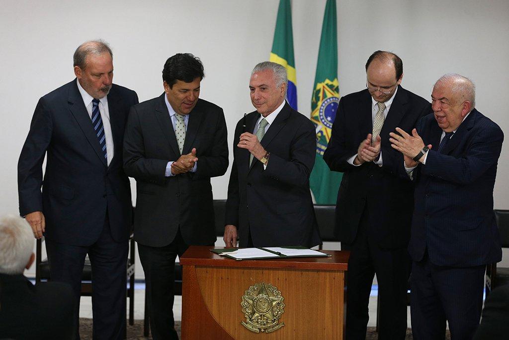 Brasília - O presidente Michel Temer sanciona o Projeto de Lei que cria a Universidade Federal do Delta do Parnaíba e a Universidade Federal do Agreste de Pernambuco (Valter Campanato/Agência Brasil)