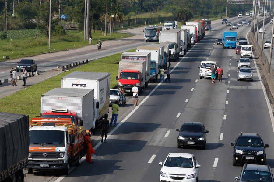 Paralisação dos caminhoneiros na Rodovia Presidente Dutra, no Rio de Janeiro.Foto Tânia Rêgo/Agência Brasil