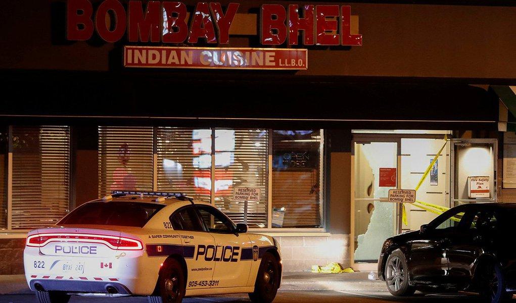 Carro de polícia é visto em frente a local de explosão em Mississauga, no Canadá 25/05/2018 REUTERS/Mark Blinch