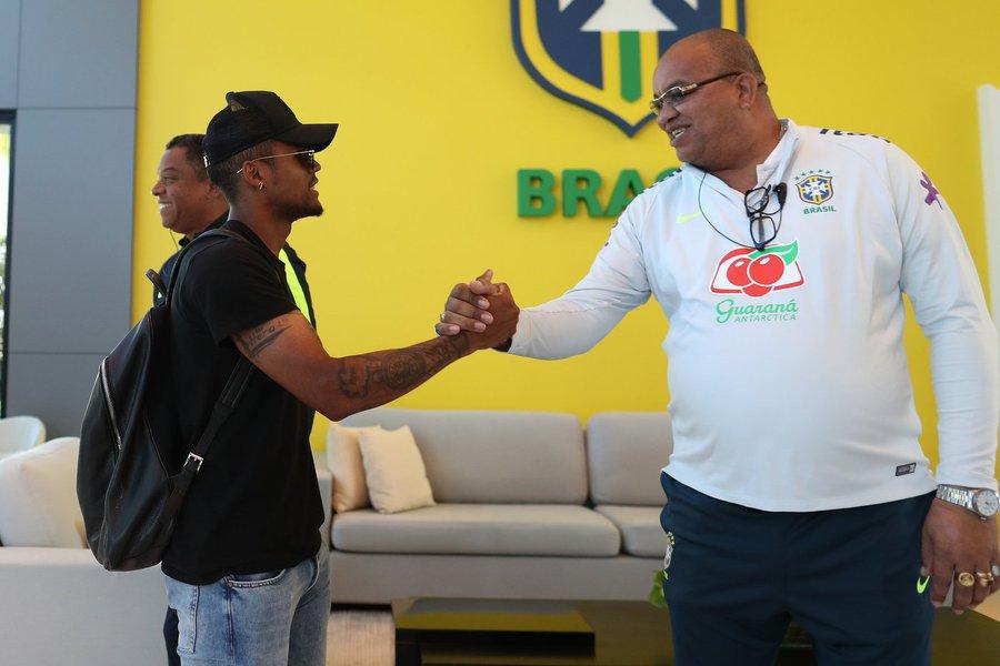 Douglas Costa se apresenta à Seleção Brasileira na Granja Comary, em Teresópolis.