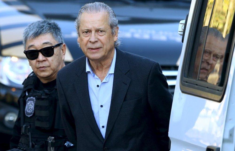 Dirceu é escoltado por policiais em Curitiba 31/8/2015 REUTERS/Rodolfo Buhrer