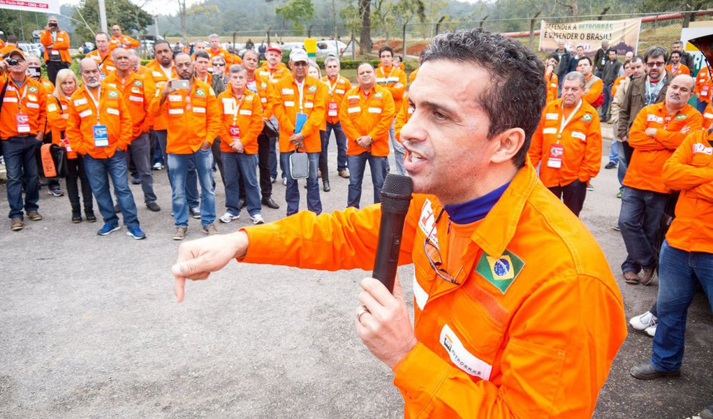 """""""Estamos, sim, construindo essa que será a maior greve da história da Petrobras. Cruzaremos os braços não por salários, mas para denunciar à sociedade o que a Pedro Parente está fazendo com a estatal"""", denunciao presidente da Federação Única dos Petroleiros (FUP), José Maria Rangel, em entrevista à TV 247; assista"""