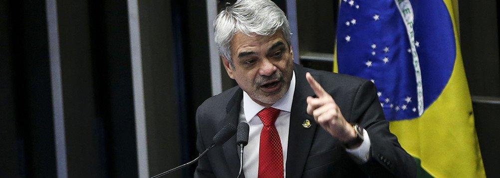 Brasília - Plenário do Senado vota o processo de impeachment de Dilma Rousseff. Na foto, o senador Humberto Costa (Marcelo Camargo/Agência Brasil)