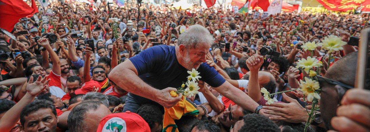"""""""A direita não se engana. Seu inimigo público é o Lula. Foi pelo Lula que eles perderam o governo, tiveram que amargar tanto tempo fora do governo, foram derrotados quatro vezes nas eleições presidenciais"""", diz o sociólogo Emir Sader; """"Não perdoam Lula. Têm que eliminá-lo da vida política, impedir até que ele exerça sua influência para organizar as forcas populares, para transferir sua influência para outros candidatos"""""""