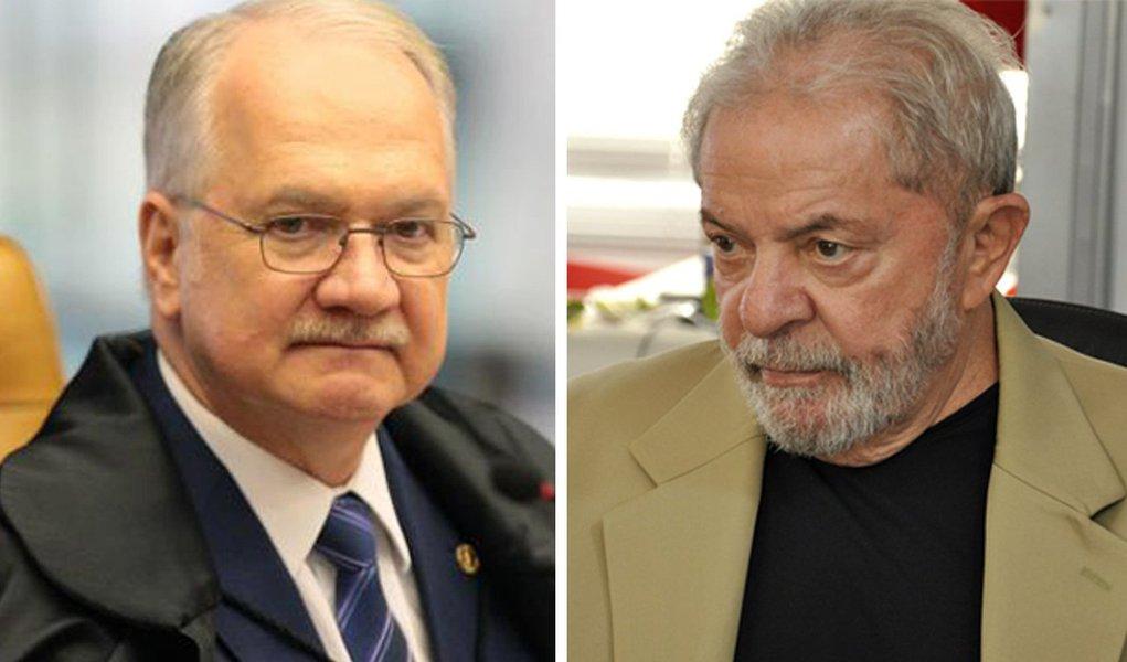 O ministro Edson Fachin, do Supremo Tribunal Federal (STF), autorizou nesta quarta-feira (23) a visita de deputados da Comissão de Direitos Humanos da Câmara ao ex-presidente Lula, que é mantido como preso político desde o dia 7 de abril;em 23 de abril, a juíza federal Carolina Lebbos tinha negado o acesso de deputados às dependências da Superintendência da PF; ao atender o pedido dos deputados, Fachin disse que a 12ª Vara Federal de Curitiba deve entrar em acordo com a Comissão Externa da Câmara que acompanha a prisão do ex-presidente para estabelecer dia, hora e as condições de segurança para a visita