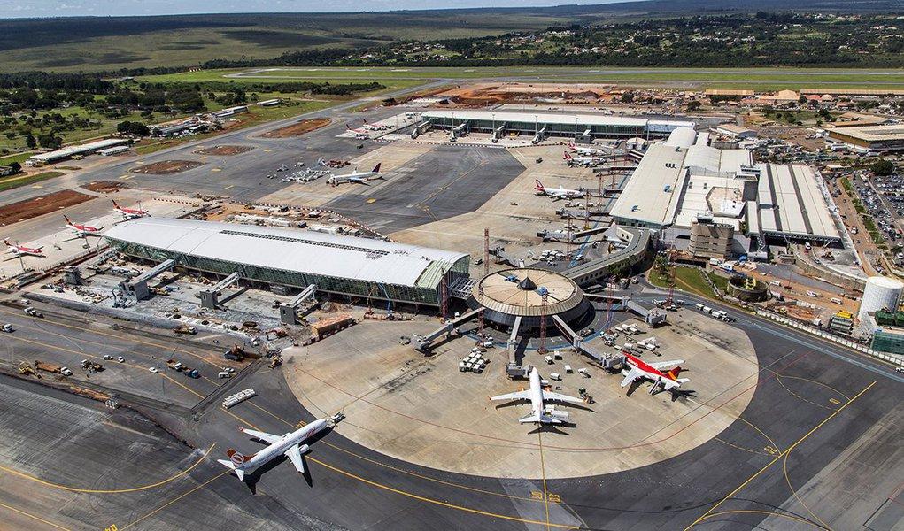 Pelo menos 11 aeroportos brasileiros estão sem combustível nesta sexta-feira (25) por causa da falta de transporte de combustível; os caminhoneiros continuam em greve e, como consequência, os aeroportos não receberam querosene de aviação e terão suas operações prejudicadas